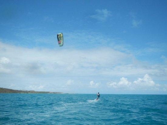40Knots Kitesurfing & Windsurfing School Antigua: Erste Versuche auf dem Board.