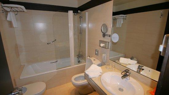 NH Cartagena: Bathroom