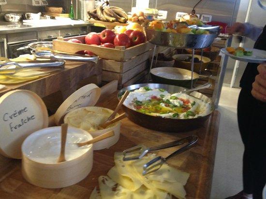 Mendeli Street Hotel: Breakfast table