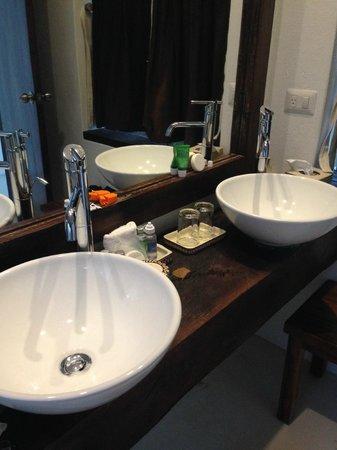 The Beach Tulum: Double-sinks in the bathroom
