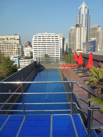 Hotel Solo Sukhumvit 2: Pool from bar area