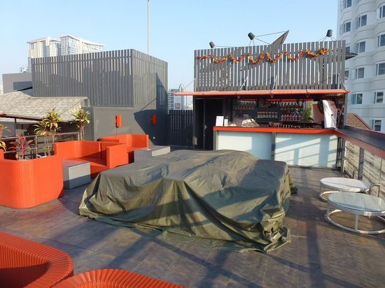 Hotel Solo Sukhumvit 2: Rooftop bar early morning before opening