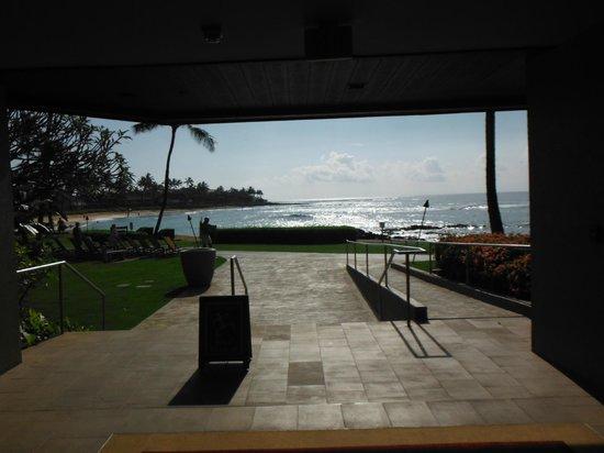 Sheraton Kauai Resort: Beachfront access thru hallway