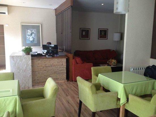 Hotel Canto Belo: recepção e café da manhã