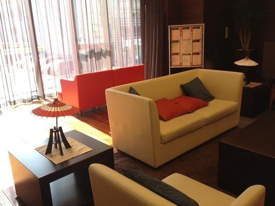 Hotel MyStays Kyoto Shijo : Spacious and sunny hotel lobby.
