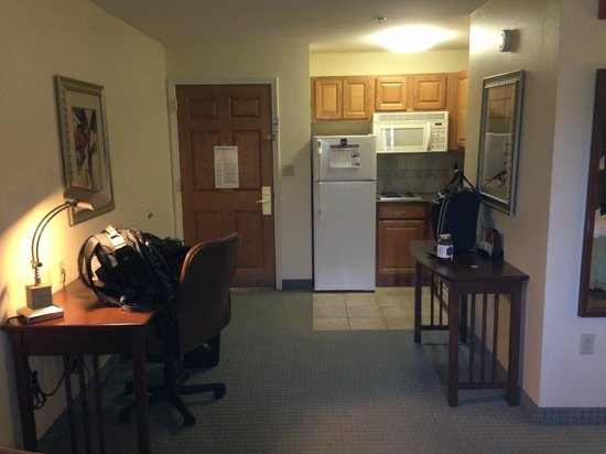Staybridge Suites Tallahassee I-10 East: Kitchen and Desk