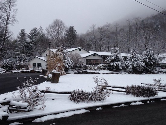 Maggie Valley Creekside Lodge: Snowy day in February