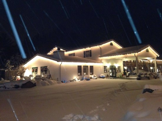 Maggie Valley Creekside Lodge : Snowy evening in Maggie Valley