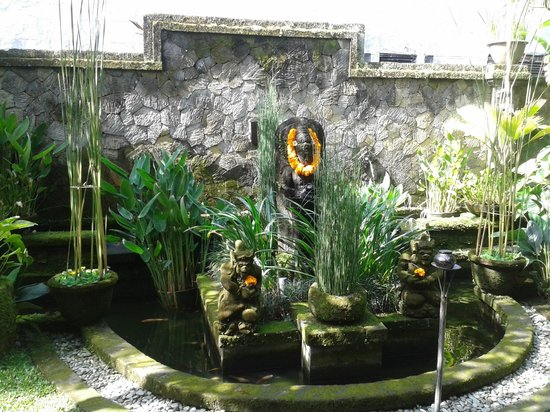 Lumbung Sari Cottages: fountain