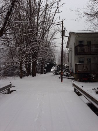 Maggie Valley Creekside Lodge : Snowy bridge