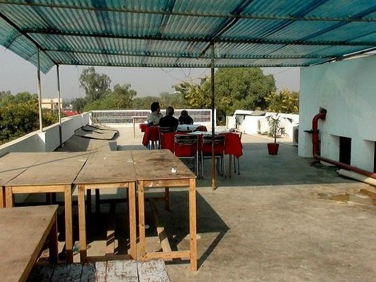 OYO 3426 Hotel White Inn Agra: Roof top dinning area. 4 men on staff - vertually no service