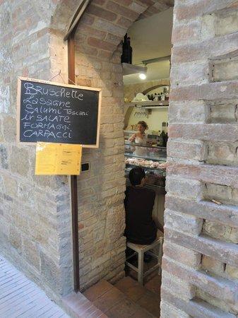 La bruschetteria pane e pomodoro: 小店在巷子的入口
