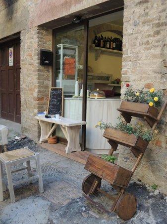 La bruschetteria pane e pomodoro: 小店的戶外坐位