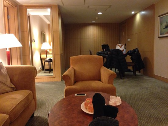 New World Shanghai Hotel : Spacious and cozy corner suite