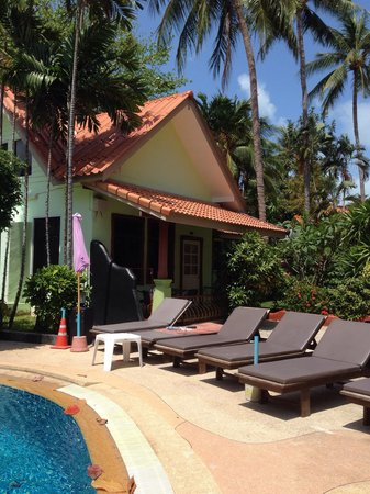 Chalala Samui Resort : Le bungalow pour 4 personnes près de la piscine.