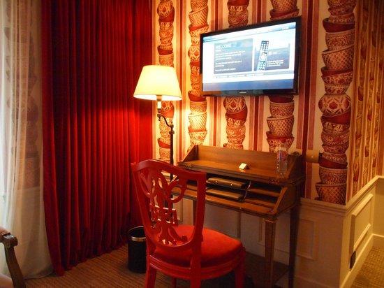 La Maison Favart: リビングの壁掛けTV