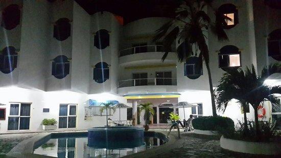 Hotel Windsurfers Oasis: Piscina y parte posterior de noche.