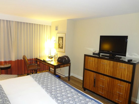 The Westshore Grand, A Tribute Portfolio Hotel, Tampa : Room and TV area