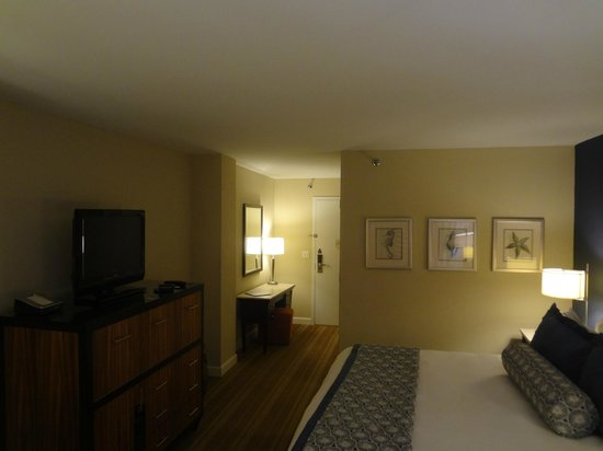 The Westshore Grand, A Tribute Portfolio Hotel, Tampa: Entry way to bedroom.