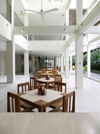 Chern Hostel: Dining area and kitchen