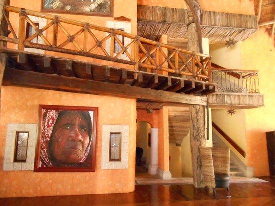 Eurostars Hacienda Vista Real: Esto es en lobby del hotel. Las pinturas y la decoración me gustaron mucho