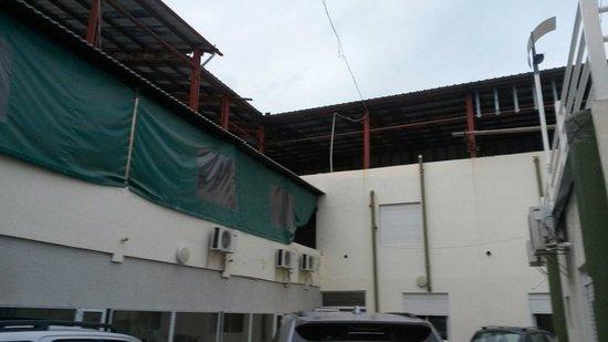 Hotel Calafquen: Estacionamiento y patio