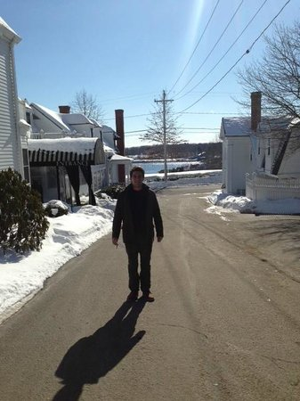 York Harbor Inn: Driveway pic w/ harbor in background