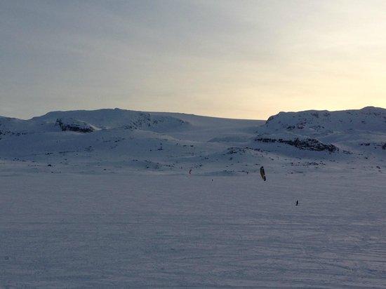 Finse 1222: Vista do quarto. Kitesonw sobre lago congelado.