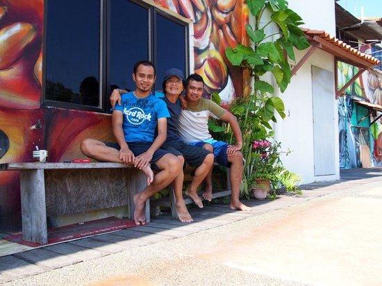 Oriental Riverside Residence Guest House: 宿のキッチンを外に出たマラッカリバー沿いでオーナー2人と撮る。(真ん中が僕です)