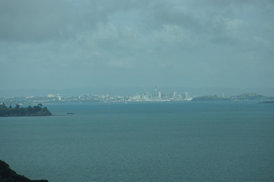Te Whau Lodge: Cloudy this evening but this is a zoomed in view of Auckland from our balcony