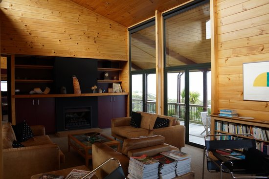 Te Whau Lodge: A cozy common area for the guests.