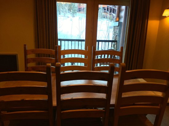 Mountain Lodge Telluride, A Noble House Resort: dining room and view