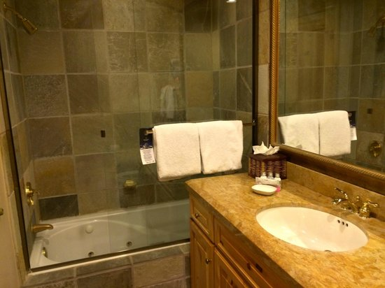 Mountain Lodge Telluride, A Noble House Resort: whirlpool bath with glass enclosure
