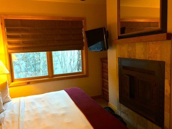 Mountain Lodge Telluride: bedroom with TV, fireplace, window overlooking slopes