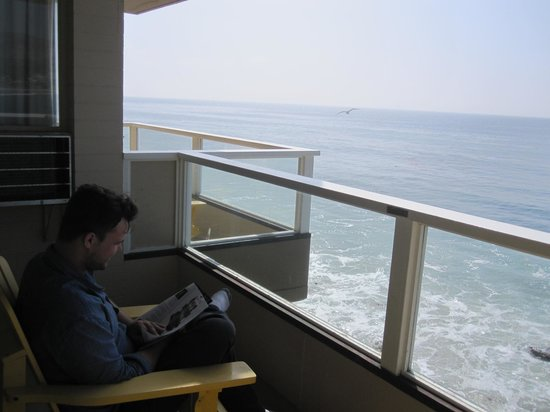 Pacific Edge Hotel on Laguna Beach: my boyfriend relaxing on our balcony right above the ocean