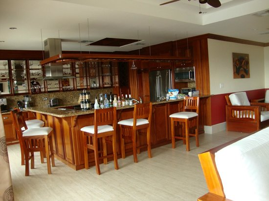 Grand Caribe Belize Resort and Condominiums: Wonderful kitchen and bar area