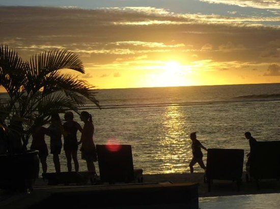 Manuia Beach Resort: The sunset view from the poolside.