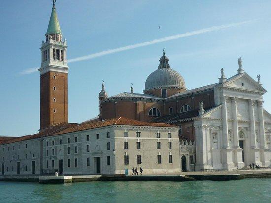 San Giorgio Maggiore: Llegando a San Giorgio Magggiore en vaporetto proedente desde el muelle de San Marco.