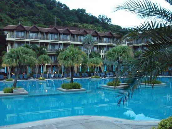 Phuket Marriott Resort & Spa, Merlin Beach: Plenty of lovely pools