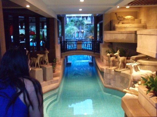 Phuket Marriott Resort & Spa, Merlin Beach: Channels connecting pools