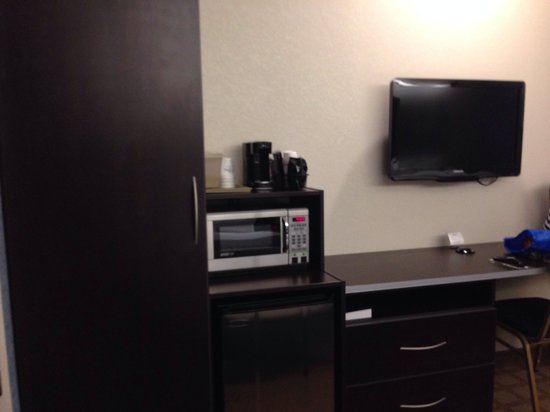 Microtel Inn & Suites by Wyndham Wilkes Barre: Microwave, refrigerator & flat screen tv  in the rooms