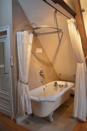 Bed and Breakfast 1669 : badkuip op pootjes in de loft