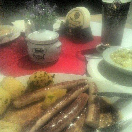 Paulaner im Tal: Bratwurst with butter potatoes and beer