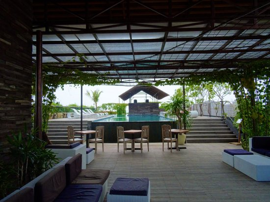 The Akmani Legian: Rooftop pool with swim-up bar