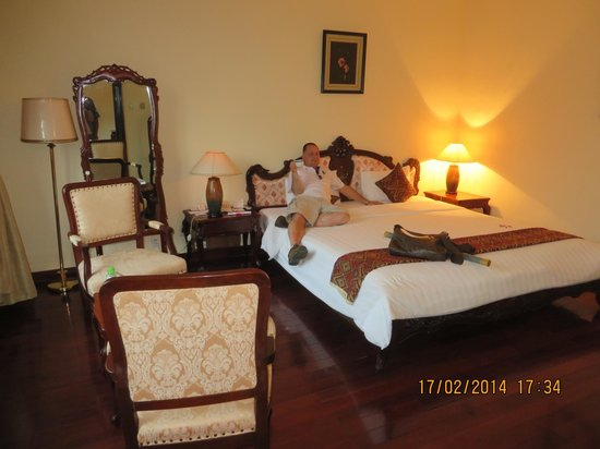 Hotel Saigon Morin: large room and bed