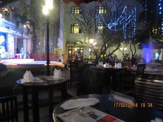 Hotel Saigon Morin: the courtyard restaurant