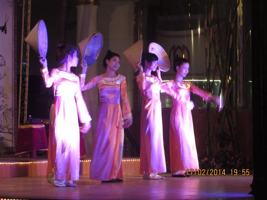 Hotel Saigon Morin: traditional show on at hotel in restaurant