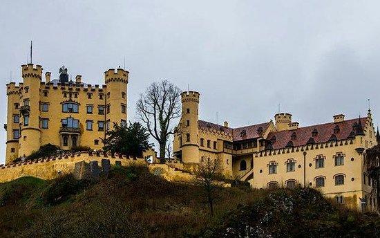Schloss Hohenschwangau: Вид на замок с дороги