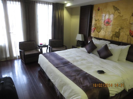 Golden Silk Boutique Hotel: room at front of hotel