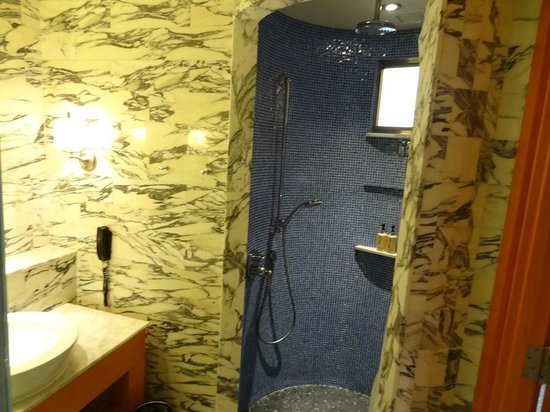 Resorts World Sentosa - Hotel Michael: Bathroom
